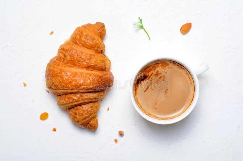 Świeżo Piec filiżanka na Białym tle i Croissants obraz royalty free