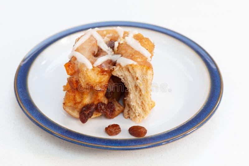 Świeżo piec fruity Chelsea babeczka na talerzu z owoc Szeroki foc zdjęcie royalty free