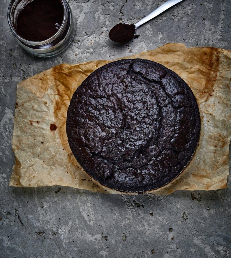 Świeżo piec gąbka tort z kakao na popielatym betonowym tle zdjęcie royalty free
