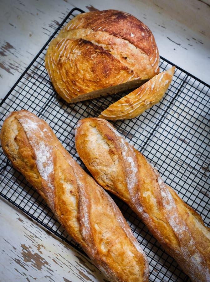 Świeżo piec gospodarstwo rolne chleb i baguette zdjęcia royalty free
