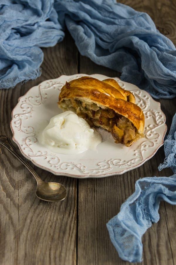 Świeżo piec jabłczany strudel z lody obraz royalty free