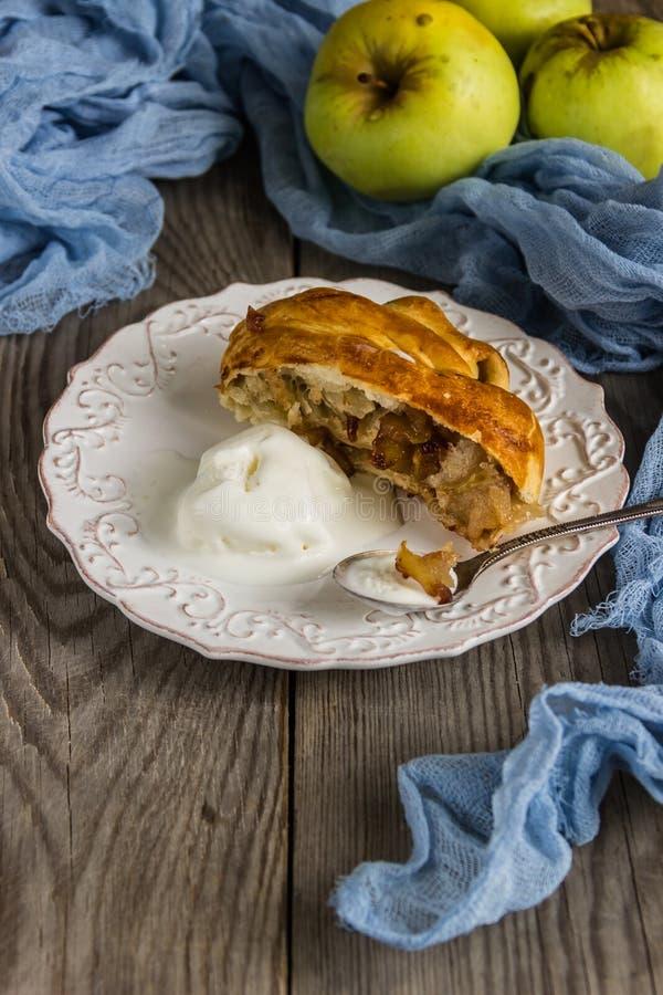 Świeżo piec jabłczany strudel z lody zdjęcie stock