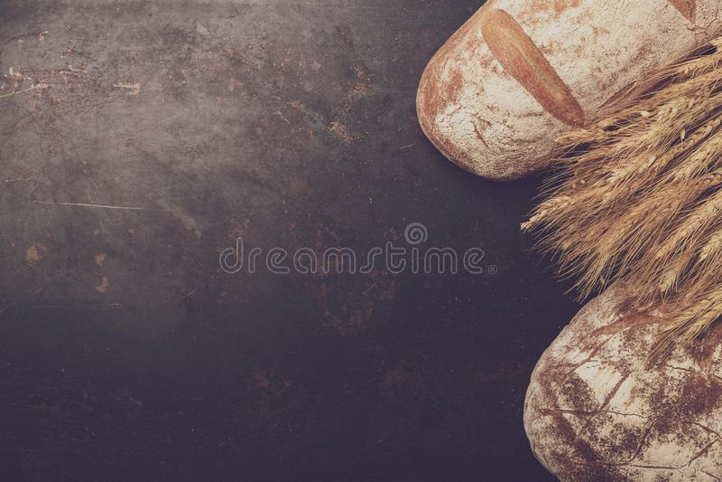 Świeżo piec mąka w piekarnia secie i chleb obraz royalty free