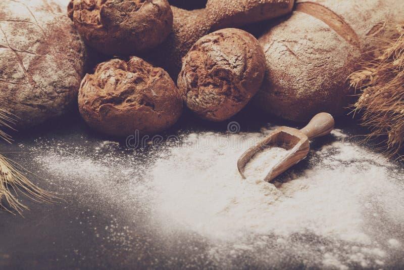 Świeżo piec mąka w piekarnia secie i chleb fotografia stock