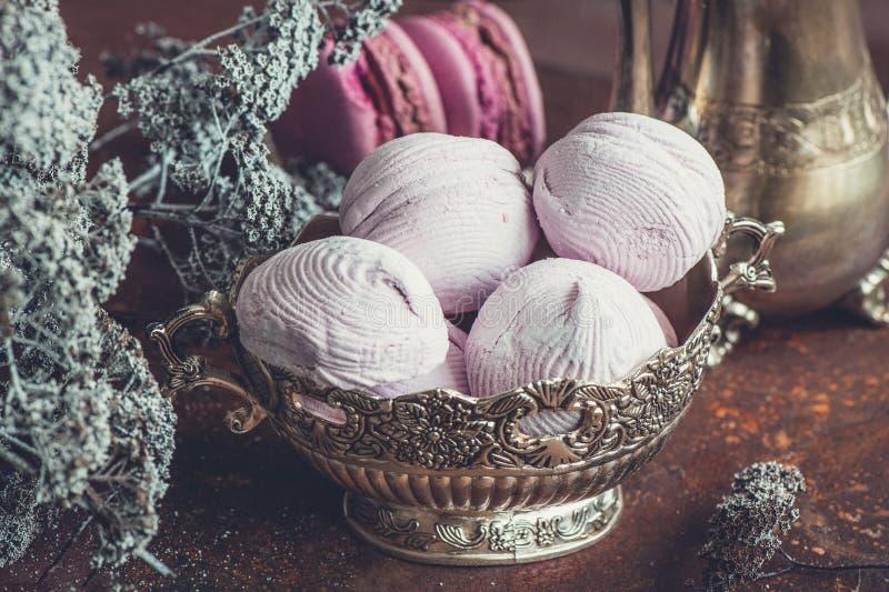 Świeżo piec macaroons na metalu talerzu z, marshmallows i fotografia stock