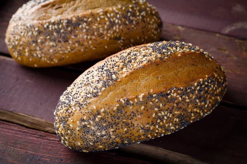 Świeżo piec mali chleby z sezamowymi i makowymi ziarnami zdjęcia royalty free
