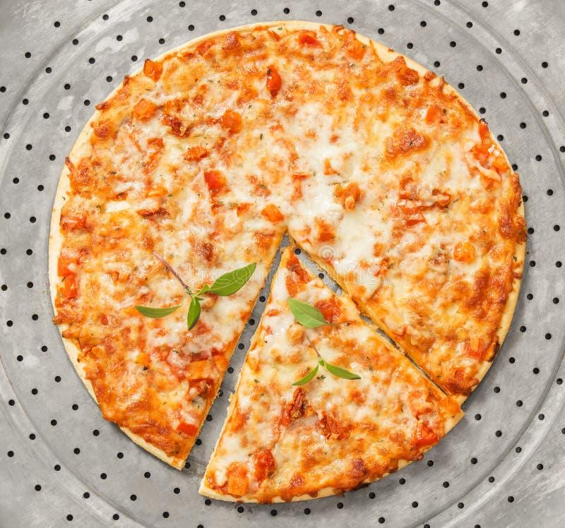 Świeżo piec margherita pizza na metal tacy zdjęcia royalty free