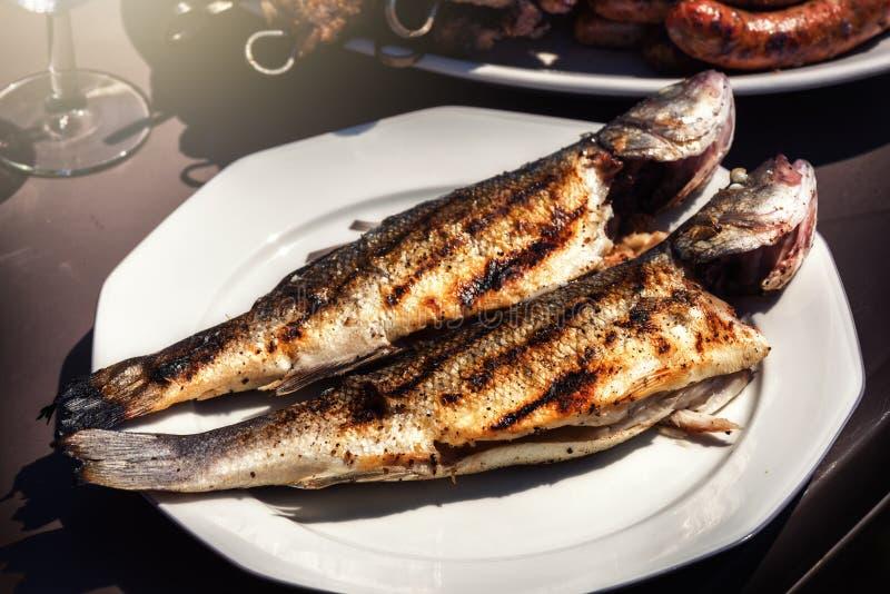 Świeżo piec na grillu ryba na talerzu dla lata plenerowego przyjęcia Karmowy b fotografia royalty free