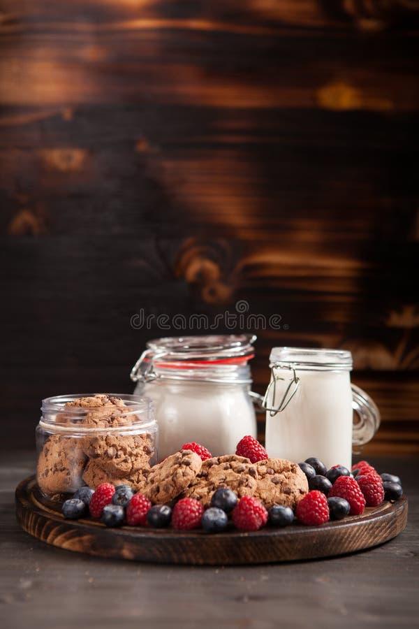 Świeżo piec oatmeal ciastka z czekoladą na drewnianej tnącej desce obrazy stock