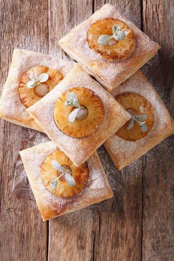 Świeżo piec ptysiowego ciasta kulebiaki z ananasowym zakończeniem pionowo zdjęcia royalty free