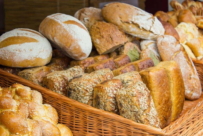 Download Świeżo Piec Tradycyjni Bochenki żyto Chleb Na Kramu Obraz Stock - Obraz złożonej z chleb, wicker: 57653977
