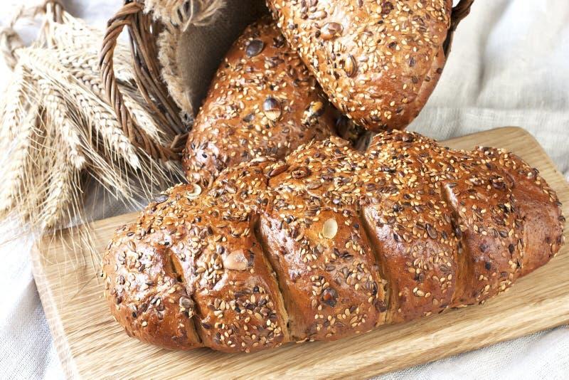 Download Świeżo Piec Tradycyjny Chleb Na Drewnianej Desce Zdjęcie Stock - Obraz złożonej z sprzedażny, kukurudza: 53775390