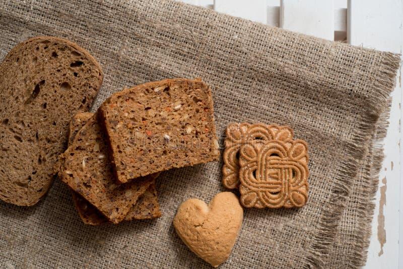 Świeżo piec wyśmienicie chleb na nieociosanym drewnianym worktop z kopii przestrzenią, zdrowy łasowania pojęcie, mieszkanie nieat zdjęcia royalty free