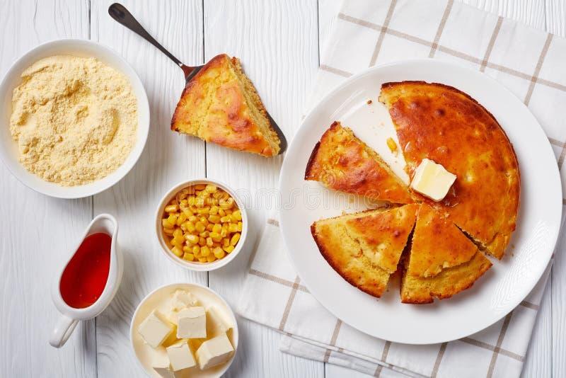 Świeżo pieczony chleb kornusowy zwieńczony roztopionym masłem zdjęcie stock