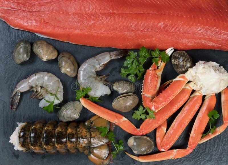 Świeżo przygotowany owoce morza na naturalnej łupek skale fotografia stock