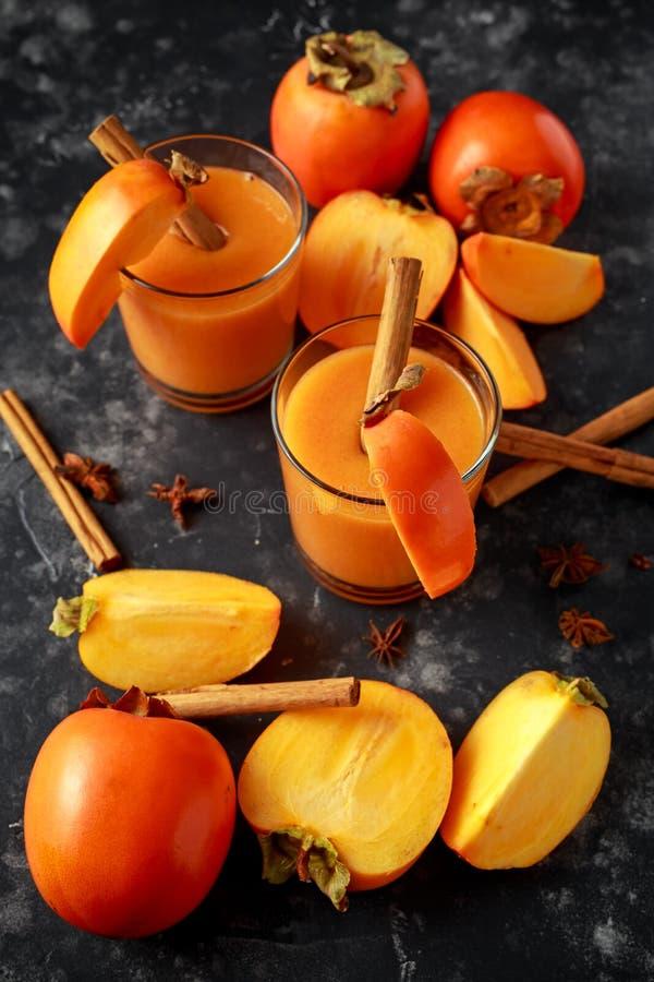 Świeżo robić persimmon owocowy smoothie z cinamon i anyżu gwiazdami obrazy royalty free