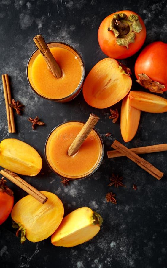 Świeżo robić persimmon owocowy smoothie z cinamon i anyżu gwiazdami zdjęcia royalty free