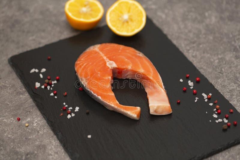 Świeży łososiowy stek z pikantność i cytryną zdjęcie royalty free
