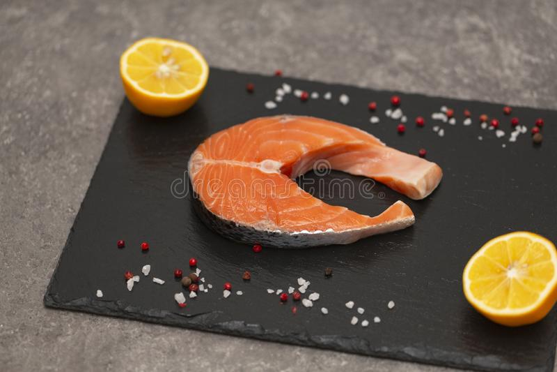 Świeży łososiowy stek z pikantność i cytryną obrazy stock