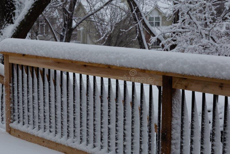 Świeży śnieżny narzutu poręcz na pokładzie zdjęcia royalty free