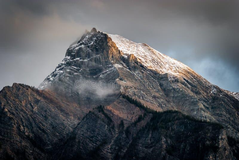 Świeży śnieg na halnym szczycie w Kanadyjskich Skalistych górach, Brytyjski C obraz stock