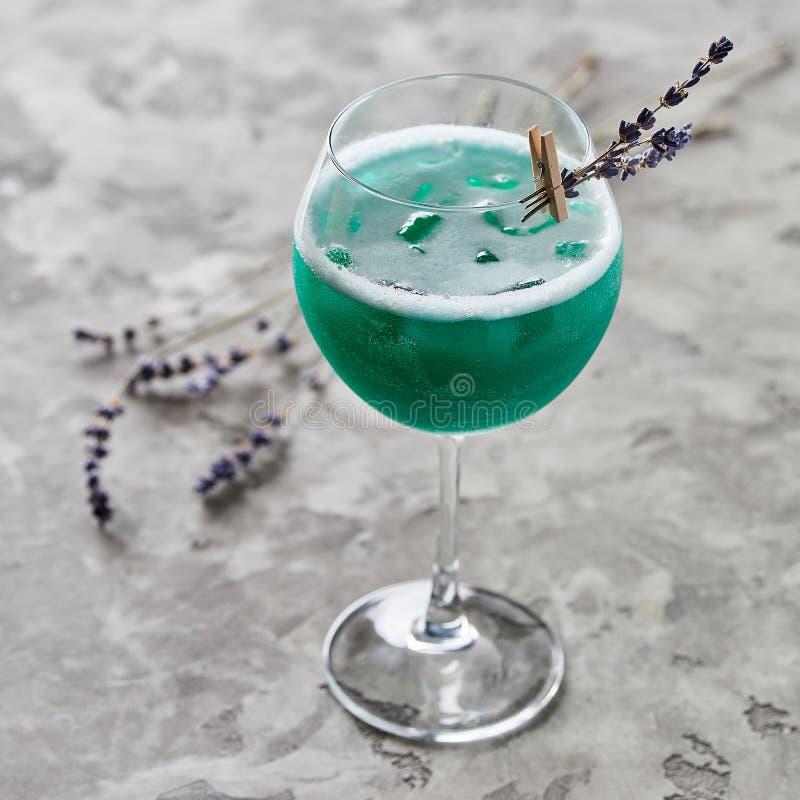 Świeży alkoholu koktajl na popielatym stole fotografia stock