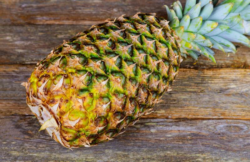 Świeży ananas na drewnianym starym tle fotografia stock