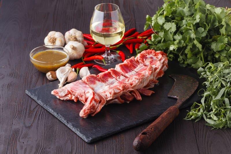 Świeży baranek na tnącej desce gotowej dla kulinarnego grilla zdjęcia stock