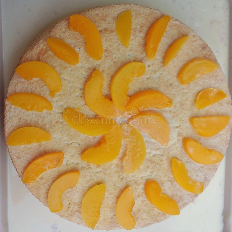 Świeży brzoskwini gąbki tort fotografia stock