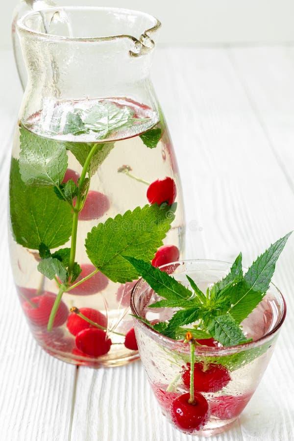 Świeży chłodno napój dojrzałe soczyste czereśniowe jagody fotografia royalty free