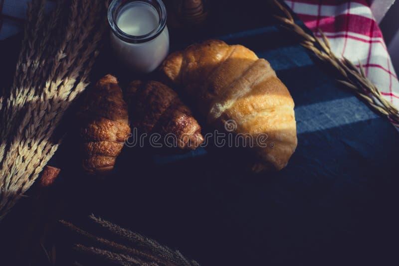 Świeży chleb i piec towary na drewnianej ciapanie desce zdjęcie stock