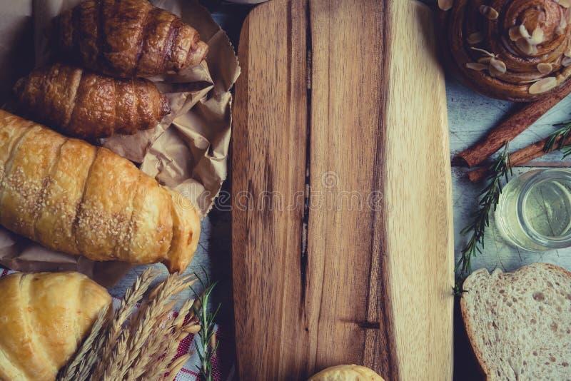 świeży chleb i piec towary na drewnianym obrazy royalty free