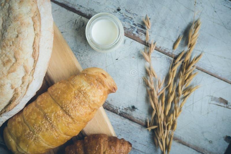 Świeży chleb i piec towary na drewnianym ciapaniu zdjęcie royalty free