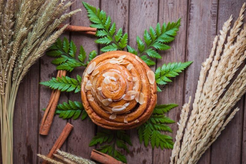 Świeży chleb i piec towary na drewnianym ciapaniu obraz stock