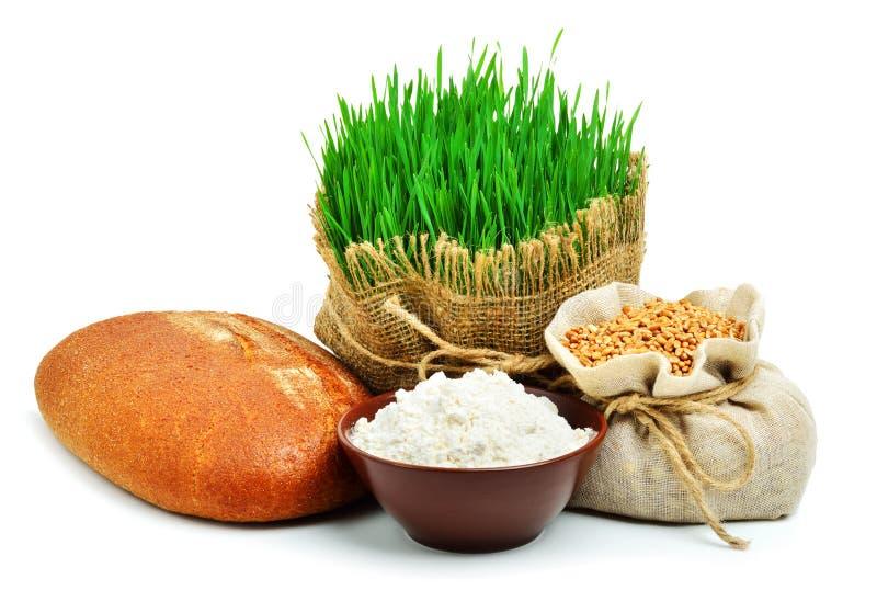 Świeży chleb, mąka, adra, zielona trawa w worku odizolowywającym na w zdjęcia stock
