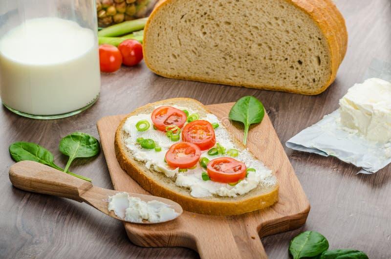 Świeży chleb mażący z kremowym serem obraz stock