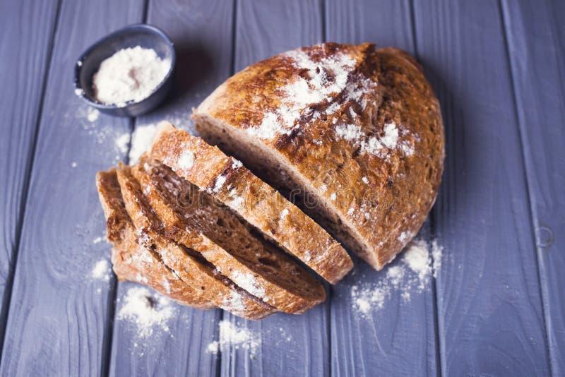 Świeży chleb z mąką zdjęcie royalty free
