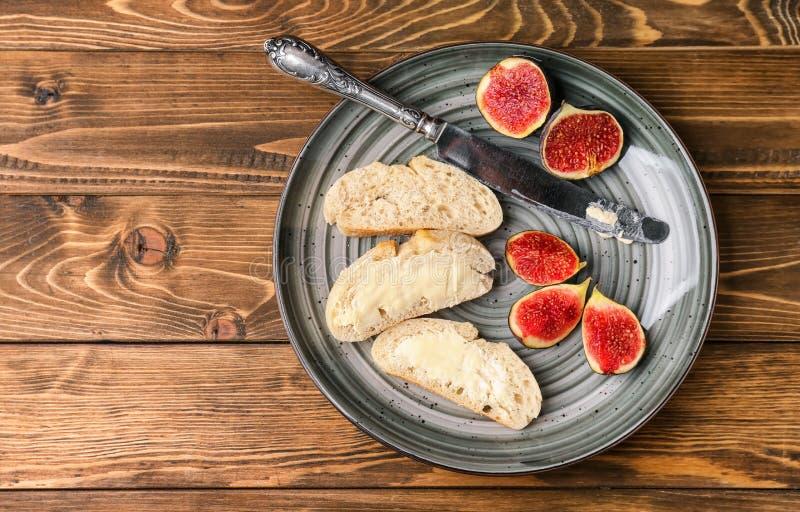 Świeży chleb z masłem i dojrzałymi figami na metal tacy fotografia stock