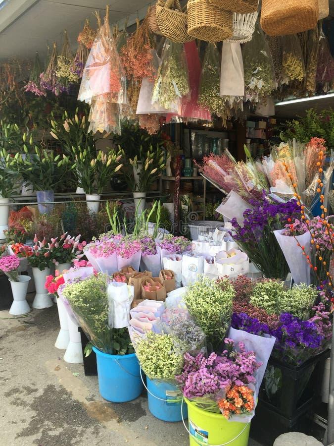 Świeży cięcie kwitnie dla sprzedaży przy sklepem zdjęcie stock