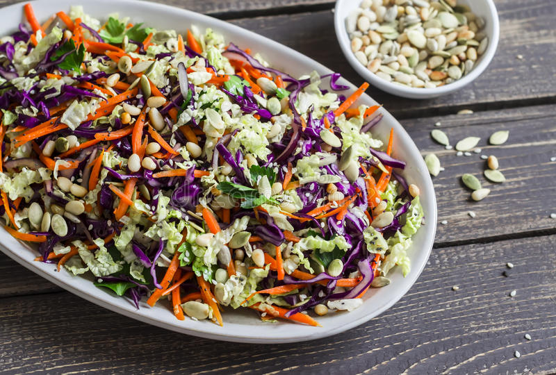 Świeży Cole slaw z banią, lnem, sezamowymi ziarnami i sosnowymi dokrętkami, - wyśmienicie zdrowy jarski jedzenie obrazy stock