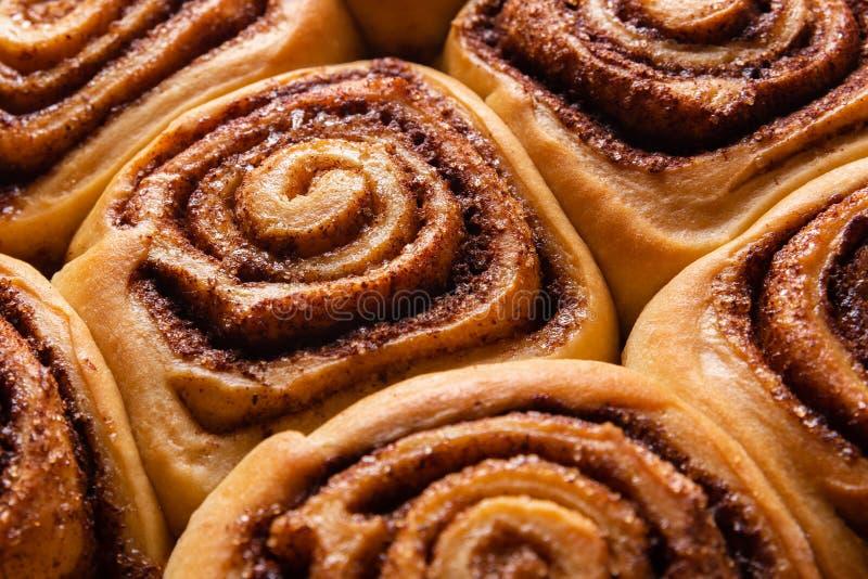 Świeży Cynamonowych rolek cukierki i Smakowity Cinnabons zdjęcia stock