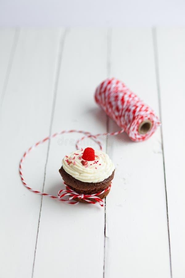 Świeży czekoladowy słodka bułeczka z masło kawową śmietanką i świeży berrie obraz royalty free