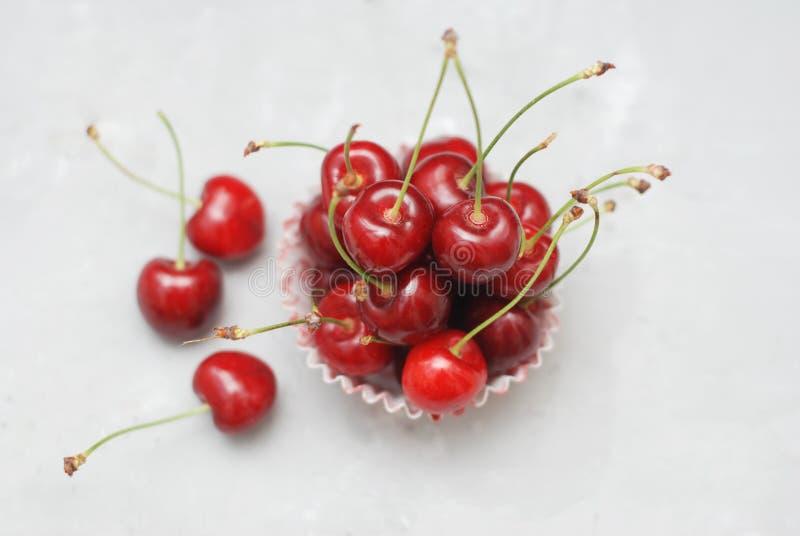 Świeży Czereśniowy Owocowy zdrowia Vitamine w Kulinarnym babeczka papierze Isoalted światła tło Selekcyjna ostrość kosmos kopii zdjęcia royalty free