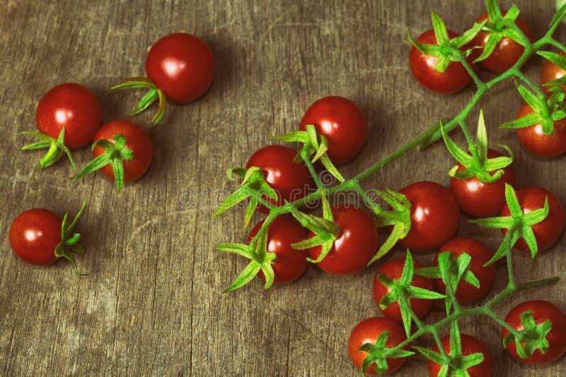 Świeży czereśniowy pomidor na nieociosanym drewno stole Odgórnego widoku czereśniowy pomidor obraz royalty free