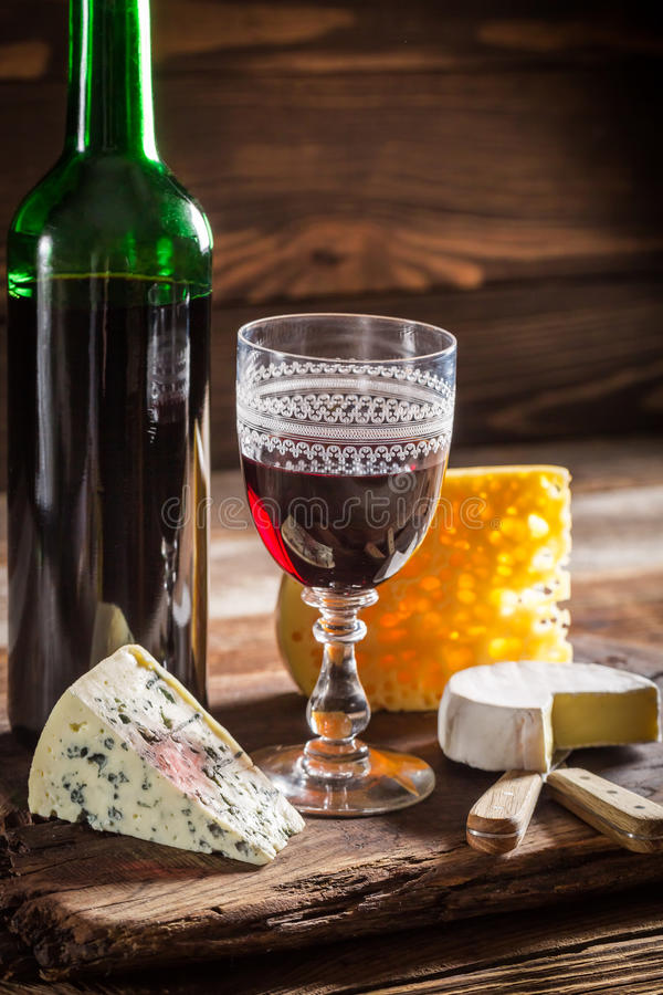 Świeży czerwone wino z różnorodnym serem jakby zdjęcia royalty free