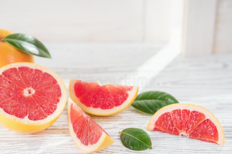 Świeży czerwony grapefruitowy na nieociosanym białym drewnianym stole, odgórny widok, mieszkanie nieatutowy Zdrowy jedzenie, diet obraz stock