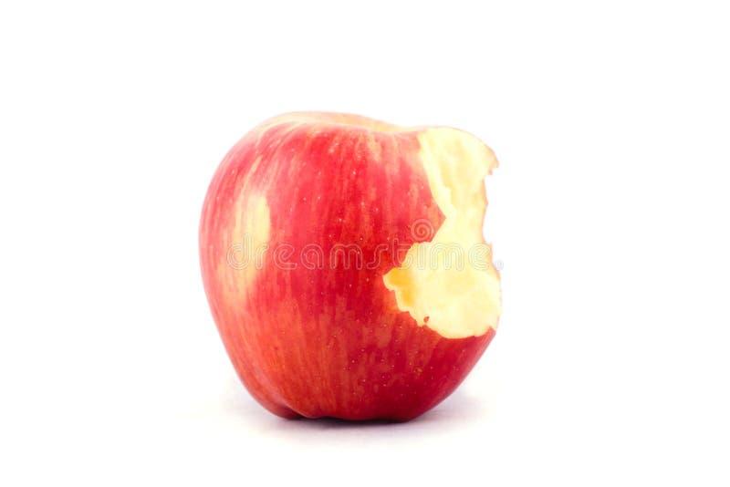 Świeży czerwony jabłko z brakować kąsek na białego tła zdrowym jabłczanym owocowym jedzeniu odizolowywającym obrazy stock