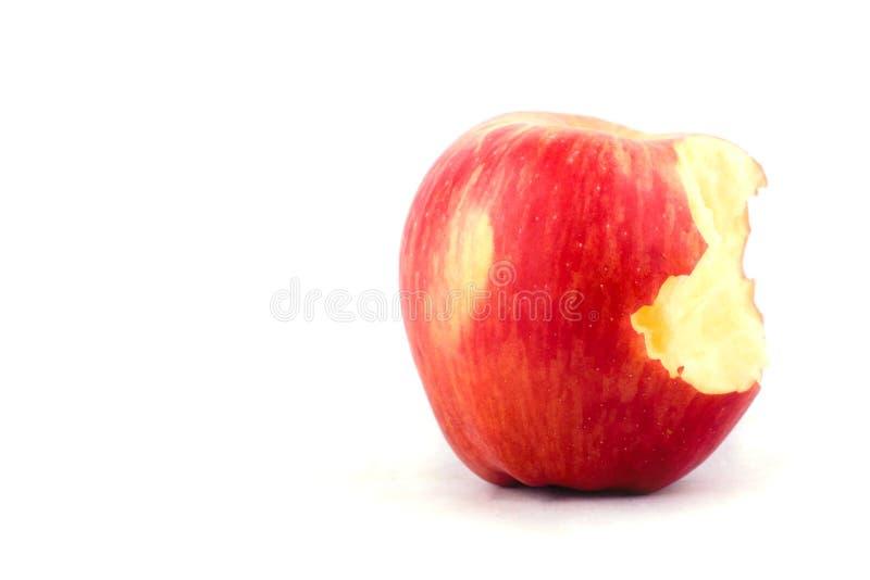 Świeży czerwony jabłko z brakować kąsek na białego tła zdrowym jabłczanym owocowym jedzeniu odizolowywającym zdjęcia stock