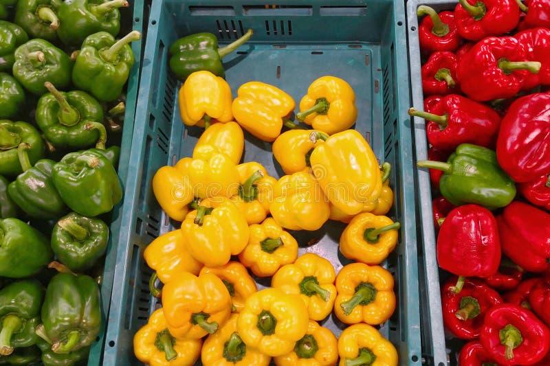 Świeży Czerwony kolor żółty i Zielony słodki pieprz na ulicznym rynku obraz royalty free