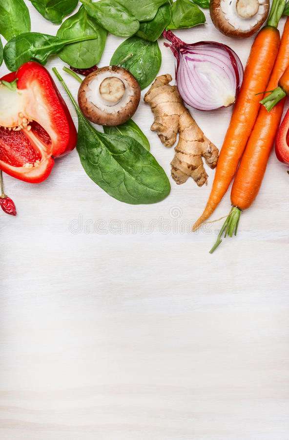 Świeży czyści ogrodowych warzywa dla smakowitego kucharstwa na białym drewnianym tle, odgórny widok miejsce tekst zdjęcia stock